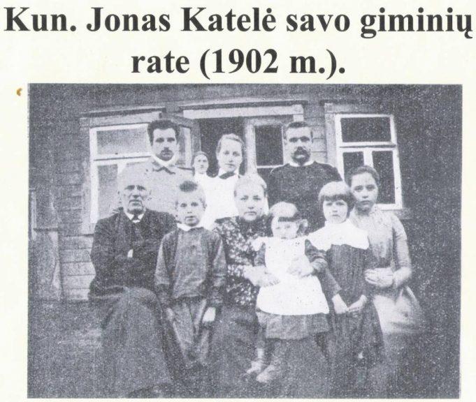 Jonas Katelė savo giminių būryje (1902 m.).
