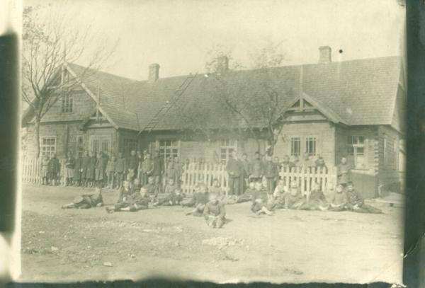 Jono Katelės rūpesčiu parapijos kaimuose kūrėsi lietuviškos mokyklos. Nuotraukoje - viena jų.