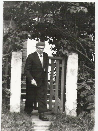 Alfonsas Gaška prie savo namų vartelių.