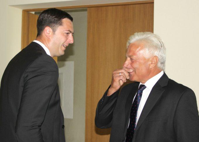 Miesto seniūnas Arūnas Krasauskas (kairėje) su tarybos nariu Stasiu Mekšėnu gyvai aptarinėjo lauko ekrano naudą. A. Minkevičienės nuotr.