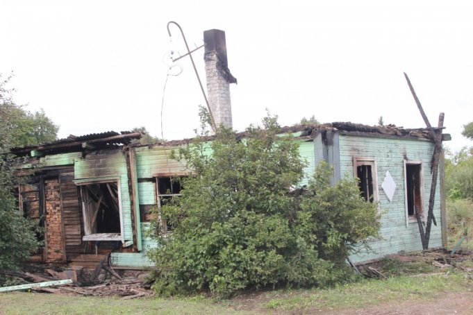 Iš medinio pastato liko tik apdegusios sienos.