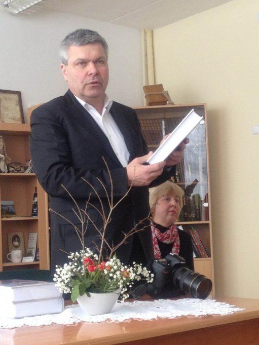 """""""Versmės"""" leidyklos vadovas Petras Jonušas pristato dviejų dalių monografiją """"Juodupė. Onuškis"""". 2012 m. kovo mėn. gimnazijos Lituanistikos centre. Rūtos Vilutienės nuotr."""