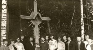Paminklinio kryžiaus autorius Jurijus Prokopovas (nuo kryžiaus trečias) kartu su bendraminčiais rokiškėnais, Baltijos kelio dalyviais. Petro Prascieniaus nuotr.