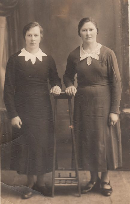 Kostancija Vilčinskaitė-Guzevičienė (dešinėje) su seserimi Adele Vilčinskaite-Gasiūniene apie 1937 m.