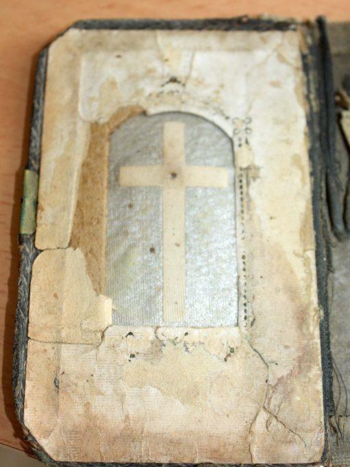 """Maldaknygės priešlapyje – vadinamasis """"altorėlis"""". Tik nuo ilgo ir nuolatinio vartymo pasimetė Nukryžiuotasis."""
