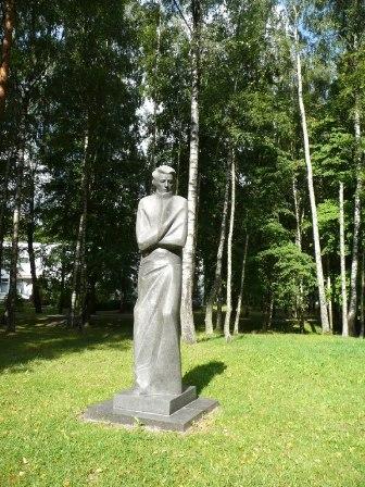 Poeto Antano Vienažindžio skulptūra Mažeikių parke, skulptorius – Gediminas Jokūbonis. S. Strazdausko nuotr.