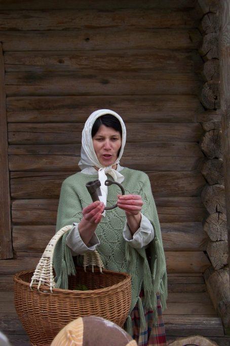 """Vilė Sarulienė pasakoja apie magišką Jorės paprotį – metalo pjūklą """"vilko dantims"""" užrakinti. Rokiškio krašto muziejaus ir A. Minkevičienės nuotr."""