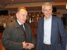 Rinkimų vakarą Seimo narys Vytautas Saulis (kairėje) pasveikino laimėtoją Raimundą Martinėlį.