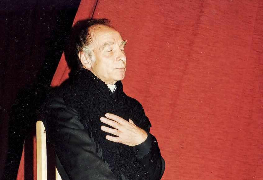 Ferdinandui Jakšiui, kuriam jaunystėje lipdytas komiko tipažas, dažnai tekdavo persikūnyti į kunigus, vyskupus.