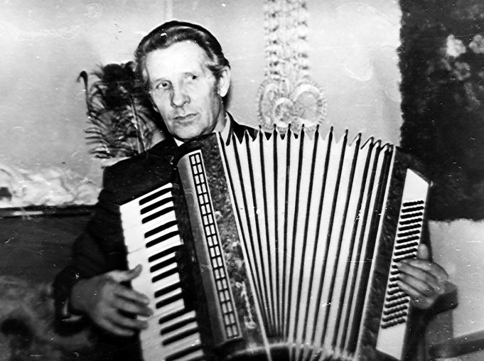 Savamokslis muzikantas Vytautas Kubilius iš Joneliškių grodavo vestuvėse ir kaimo jaunimo šventėse.
