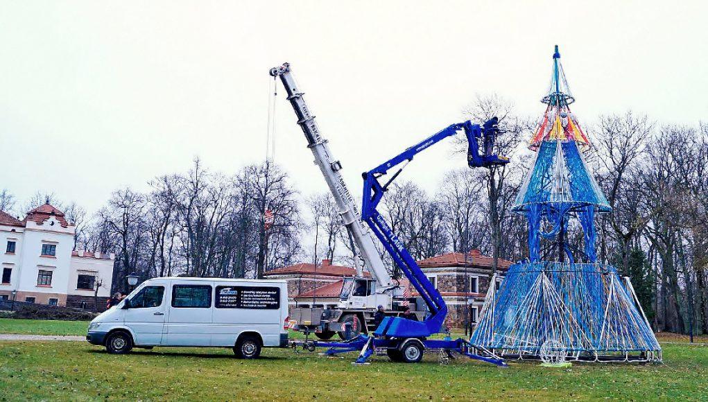 Prie Rokiškio dvaro kylančiai Kalėdų eglei gali prireikti apie pusės tonos virvių. G. Kujelio nuotr.