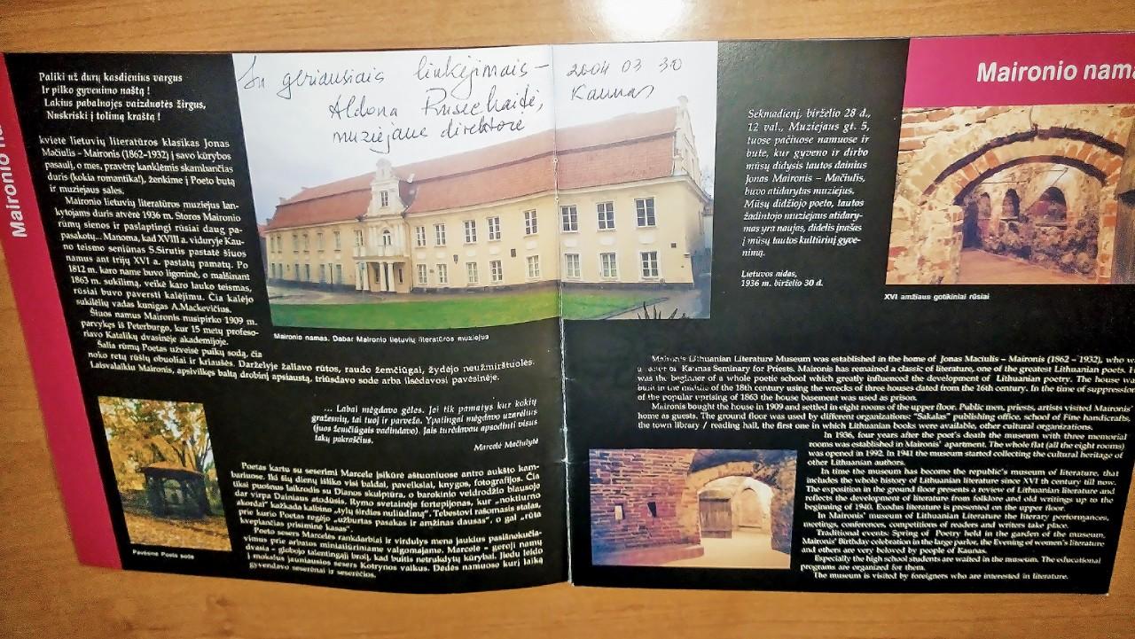 Maironio lietuvių literatūros muziejaus leidinys su įrašu.