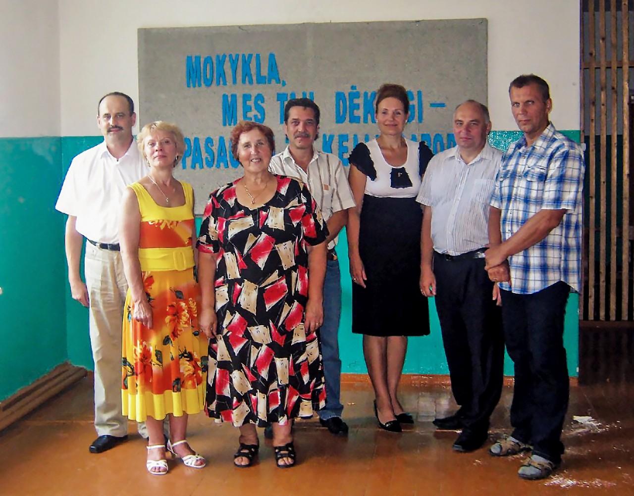 Klasės draugų susitikimas Čedasuose su auklėtoja Genovaite Daugnoriene (trečia iš kairės).