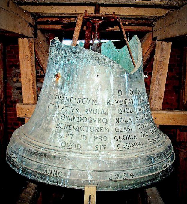 1754 m. išlietas Panemunėlio bažnyčios varpas iki šiol gerai skamba, juo tebekviečiami žmonės į pamaldas. R. Dūdos, J. Katelės labdaros ir paramos fondo archyvo nuotr.