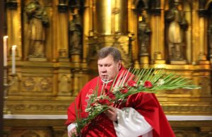 Verbų šventė Rokiškio bažnyčioje. Šv.mišias aukoja dekanas, kun.Eimantas Novikas. A.Minkevičienės nuotr.