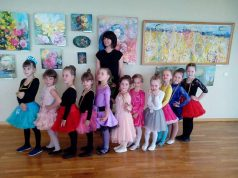 Laurus ne viename konkurse jau nuskynusios Rokiškio kultūros centro sportinių šokių kolektyvo mažosios šokėjos ir jų vadovė Aušra Skruodienė. Asmeninio archyvo nuotr.