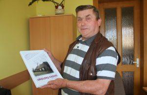 """Jonas Smalskys džiaugėsi 120 egz. tiražu išleista knyga """"Vaidlonų kaimas"""", jos tiražas netrukus bus papildytas. J. Kačerausko nuotr."""