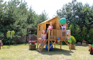 Medinis vaikų žaidimo namelis.
