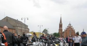 Baikerių sezono atidarymui – tradicinis baikerių ir jų plieno žirgų paradas Nepriklausomybės aikštėje. A.Minkevičienės nuotr.