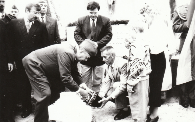 1995 m. Červonkos kapinėse kapsulę su testamentu ateities kartoms į žemę leidžia tuometinis krašto apsaugos ministras Linas Linkevičius ir sąjūdietis Leonas Seibutis (dešinėje).
