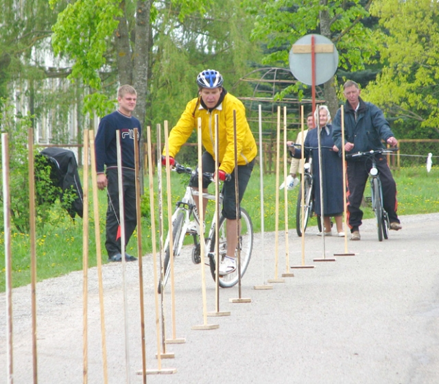 Dviračių ralyje meistriškumą ir įgūdžius demonstravo beveik  trys dešimtys dviračių sporto entuziastų. V.Tarozos nuotr.