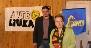 """Projekto koordinatorius Vaidotas Rastenis """"Varpelio"""" direktorei Sigitai Baranovskienei įteikė firminį Futbolo federacijos šaliką."""