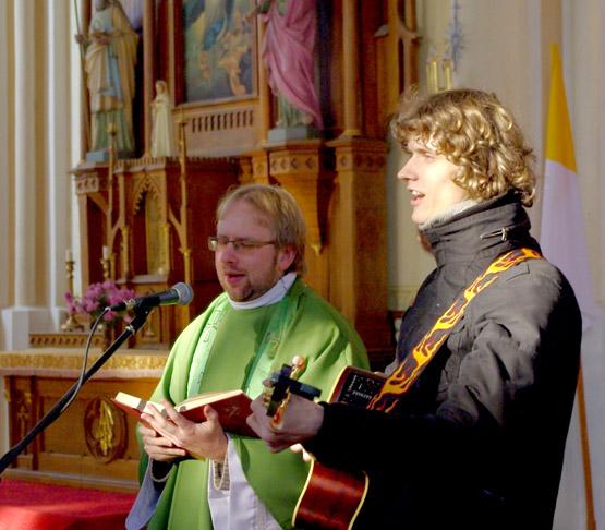 Kamajų kunigas A.Šukys ir katechetas P.Minkevičius susirinkusiuosius mokė giedoti. G.Povilaitytės nuotr.