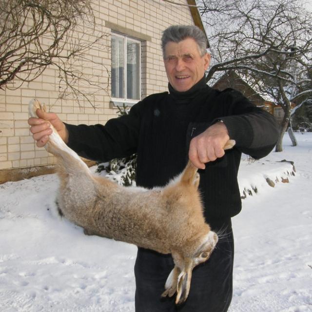 Kalėdinio kiškio medžioklė Petrui Kirliui atnešė sėkmę: ant šeimynos šventinio stalo garuos kiškiena. A.Minkevičienės nuotr.