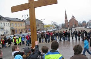 Meilės ir Gailestingumo kelio simbolį - kryžių – žygeiviai iškėlė Rokiškio širdyje - Nepriklausomybės aikštėje. N.Byčkovskio nuotr.