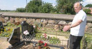 Į kapines mirusių artimųjų lankyti atėjęs Kazys Makuška sakė  patyręs šoką. Be jo žinios iš vietos buvo iškelta kapavietės tvorelė ir pasviręs paminklas. A.Minkevičienės nuotr.