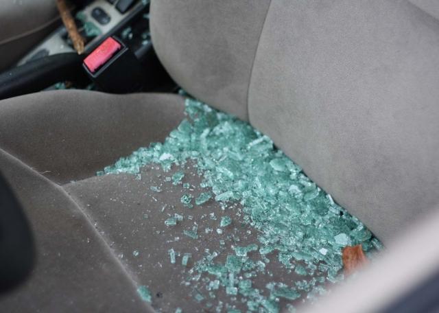 Automobilio salone pabirusios stiklo duženos. J. Kačerausko nuotr.