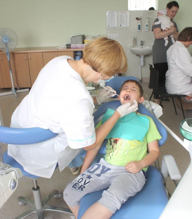Gydytoja odontologė Sondra Maižiūtė apžiūri devynerių Ugnių. Nors prieš procedūrą berniukas šiek tiek nerimavo