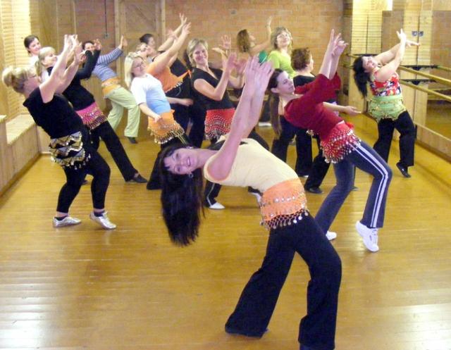 Rokiškėnės Ingridos Mulvinienės (priekyje) pilvo šokio užsiėmimus lanko per pusšimtį rokiškėnių. A.Puteikytės nuotr.