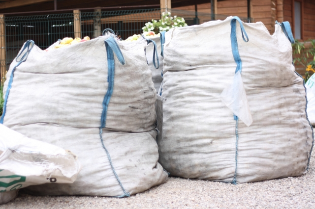 Tokiame viename maiše telpa apie 750 kg obuolių. J. Kačerausko nuotr.