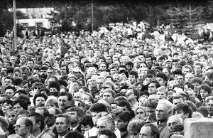 Pirmasis rokiškėnų mitingas prie tuometinių Kultūros rūmų. Šį mitingą organizavo Rokiškio iniciatyvinė grupė Sąjūdžiui remti. P.Prascieniaus nuotr.