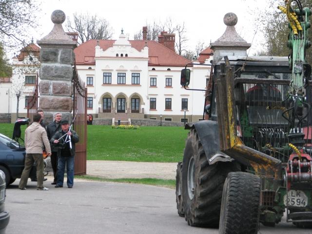 Jaunimo centro nariai su miškininku Juozu Davainiu (dešinėje). G.Kubilienės nuotr..