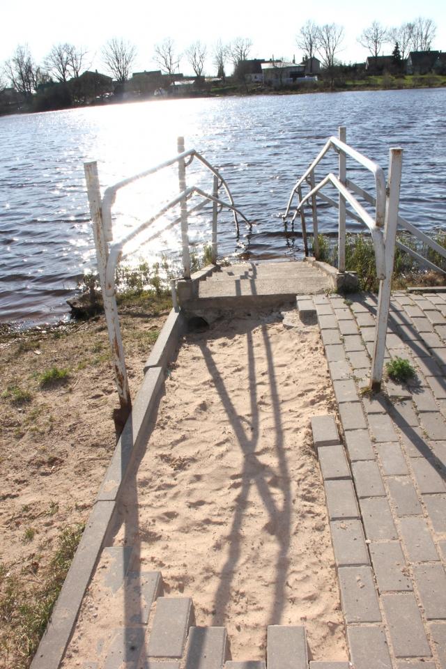 Aikštelė prie neįgaliesiems skirto tiltelio išardyta