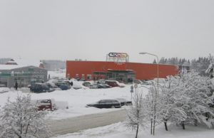 Sniegas užkimšo miesto gatves ir mašinų stovėjimo aikšteles